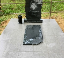 Комплект из памятника и надгробной плиты с резными розами