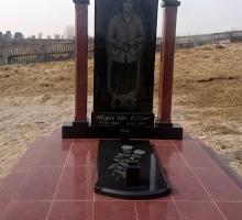 Подиум из красного гранита. Памятник выполнен из черного и красного гранита по индивидуальному эскизу.