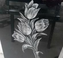 Гравировка тюльпанов на надгробной плите