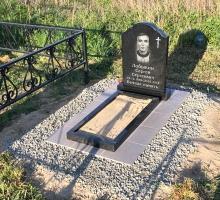 Бюджетный вариант облагораживания захоронения. Плита-рама с плиткой Грес, небольшой гранитный памятник и цветник