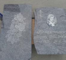 Памятник из голубого гранита, текст выглядит читабельным и достаточно контрастным( Есть возможность пройти сусальным золотом или серебром)