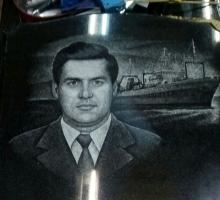 Работа художника. Портрет мужчины на фоне коробля