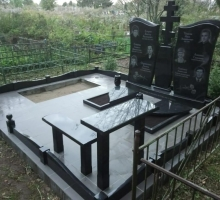 Семейное захоронение для 6 человек.  Гранитный  крест, бордюр, стол со скамейкой и комбинированный цветник с плитами.