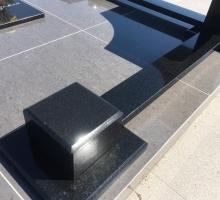 Декоративное ограждение - плоские кубики и бордюры из гранита