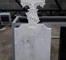 Памятник с крестом выполнен из мрамора.