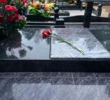 Сложно-составная надгробная плита из двух видов гранита