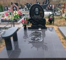 Комплекс с памятником-штурвалом. Надгробная плита вырезана в виде карты мира