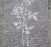 Барельеф на надгробной плите в виде роз