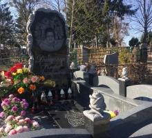 Индивидуальное исполнение. Памятник с вырезанными розами, оригинальный гранитный бордюр