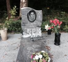 Розовый памятник (камень) + вставка из черного гранита под портрет, плита из розового гранита с вырезом под вазу (от 50000 руб)