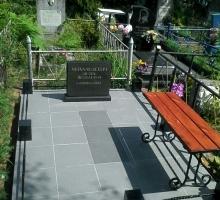 Маленький подиум с фаль-плитой (отреставрирвоанный памятник + металлическая скамейка + столбики из гранита с метал. прутком (от 30 000 руб)