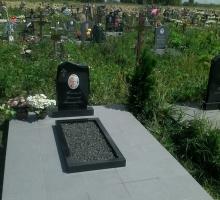 Памятник 60 на 40, цветник, гранитная крошка, цветная фотокерамика, подиум, туя (от 40000 руб)