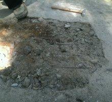 надмогильный холм не убран, в процессе демонтажа плитка оторвалась вместе с бетоном